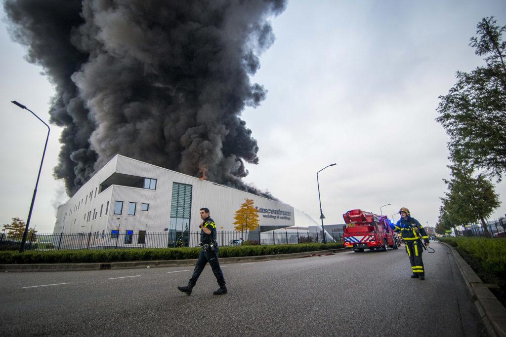 ALBLASSERDAM- Bij lascentrum Welding en Cutting op het industrieterrein Nieuwland Parc in Alblasserdam heeft dinsdag 25 oktober 2016 een zeer grote brand gewoed. Het pand moet als verloren worden beschouwd. Over de oorzaak van de enorme brand is nog niets bekend.